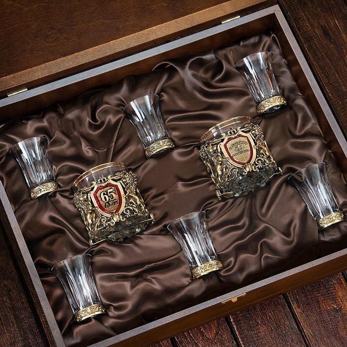Подарочный набор с 2-мя бокалами для виски в деревянной шкатулке (8 предметов). Юбилейный 65 лет (фото, вид 1)