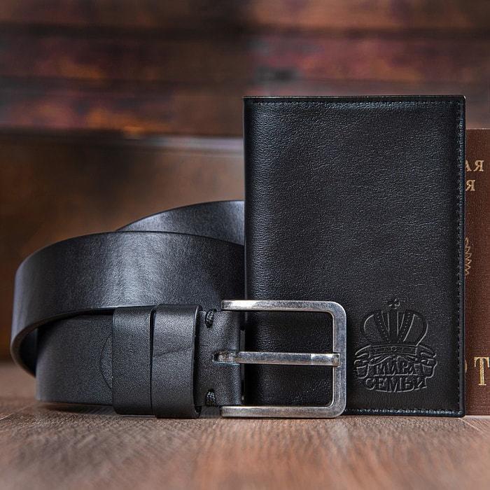 Подарочный набор мужских аксессуаров из натуральной кожи в деревянной шкатулке. Глава семьи (ремень и обложка для паспорта) (фото, вид 1)