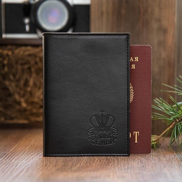 Подарочный набор мужских аксессуаров из натуральной кожи в деревянной шкатулке. Глава семьи (ремень и обложка для паспорта) (фото, вид 2)