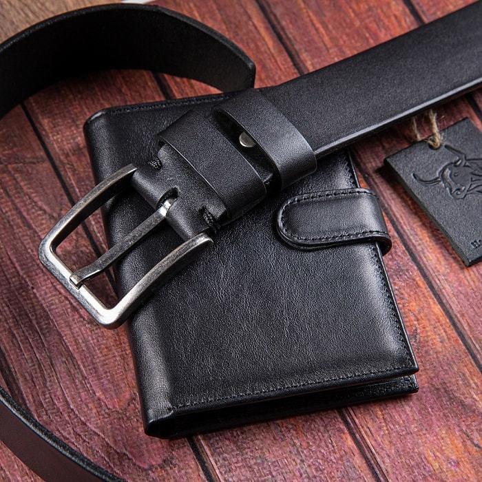 Подарочный набор мужских аксессуаров из натурадьной кожи в деревянной шкатулке. Классика (ремень и бумажник водителя) (фото, вид 1)