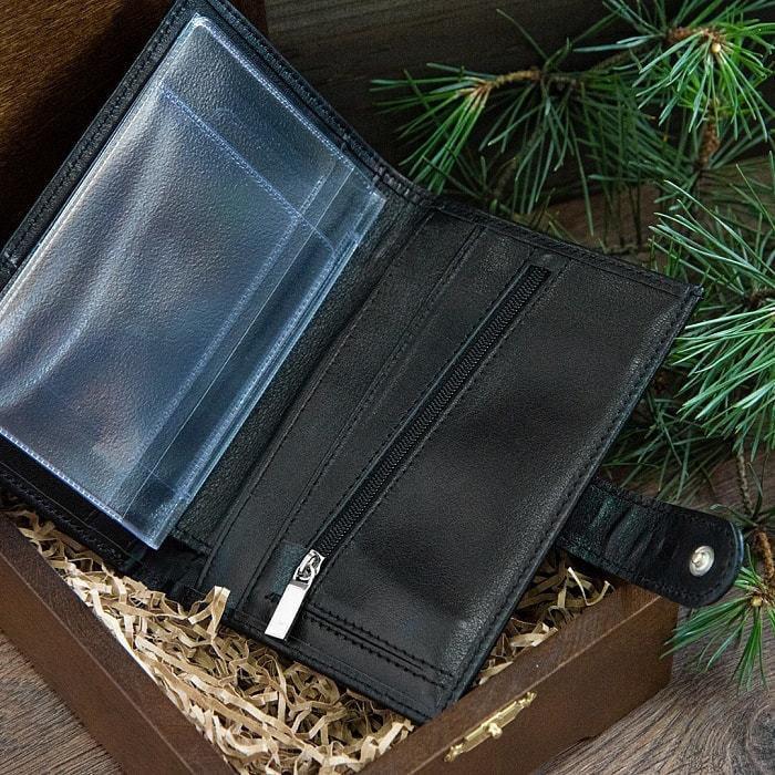 Подарочный набор мужских аксессуаров из натурадьной кожи в деревянной шкатулке. Классика (ремень и бумажник водителя) (фото, вид 2)