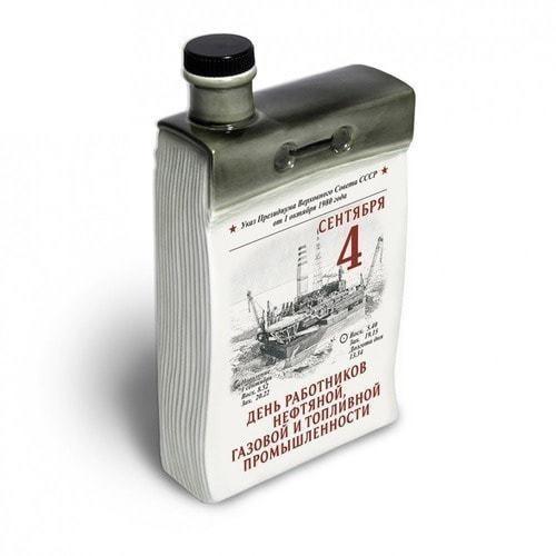 """Подарочный набор с фарфоровым штофом """"Календарь нефтянника и газовика"""" (фото, вид 1)"""