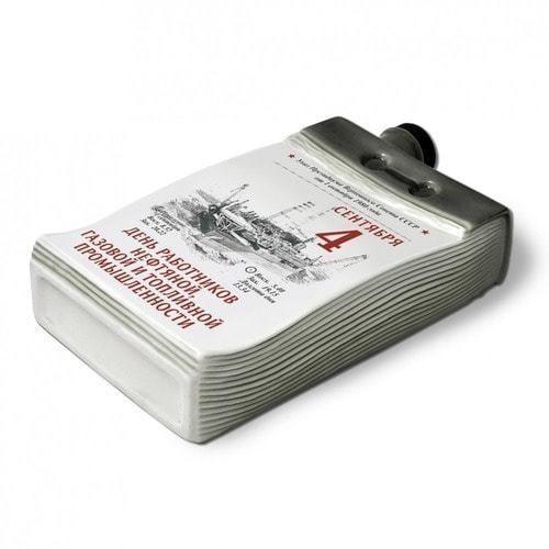 """Подарочный набор с фарфоровым штофом """"Календарь нефтянника и газовика"""" (фото, вид 2)"""