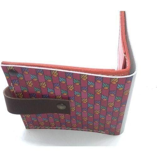 Кожаный кошелек. Девушка в красном (фото, вид 1)