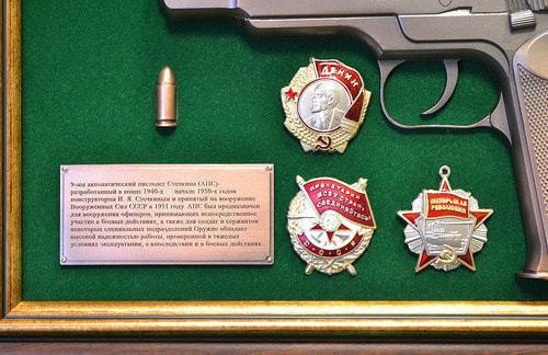 """Панно с пистолетом """"Стечкин"""" с наградами СССР в подарочной коробке (фото, вид 3)"""
