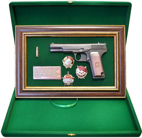 """Панно с пистолетом """"ТТ"""" с наградами СССР в подарочной коробке (фото, вид 1)"""