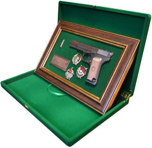 """Панно с пистолетом """"ТТ"""" с наградами СССР в подарочной коробке (фото, вид 2)"""