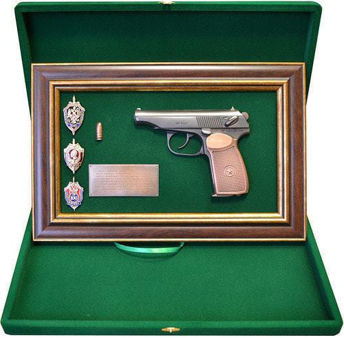 "Панно с пистолетом ""Макаров"" со знаками ФСБ в подарочной коробке (25 х 37 см) (фото, вид 1)"