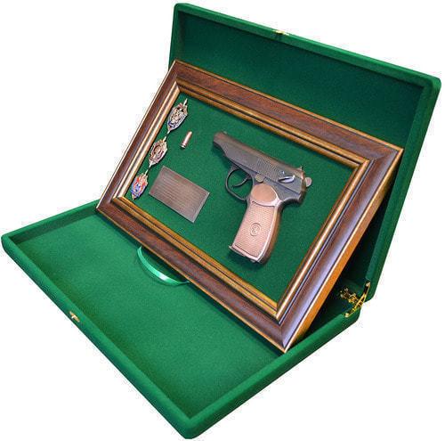 """Панно с пистолетом """"Макаров"""" со знаками ФСБ в подарочной коробке (фото, вид 2)"""