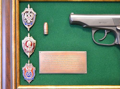 "Панно с пистолетом ""Макаров"" со знаками ФСБ в подарочной коробке (25 х 37 см) (фото, вид 3)"