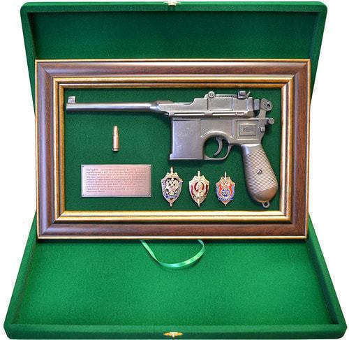 """Панно с пистолетом """"Маузер"""" со знаками ФСБ в подарочной коробке (фото, вид 1)"""