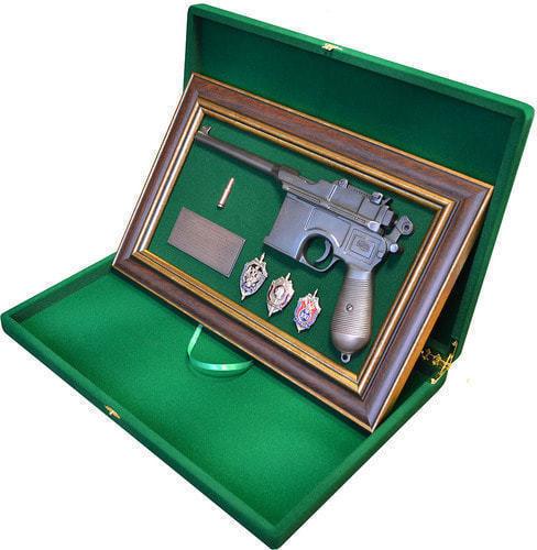"""Панно с пистолетом """"Маузер"""" со знаками ФСБ в подарочной коробке (фото, вид 2)"""