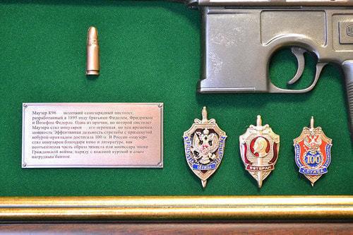 """Панно с пистолетом """"Маузер"""" со знаками ФСБ в подарочной коробке (фото, вид 3)"""