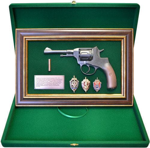 "Панно с пистолетом ""Наган"" со знаками ФСБ в подарочной коробке (25 х 37 см) (фото, вид 1)"