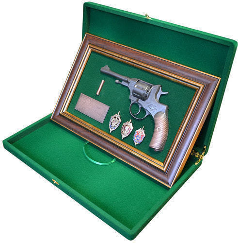 "Панно с пистолетом ""Наган"" со знаками ФСБ в подарочной коробке (25 х 37 см) (фото, вид 2)"