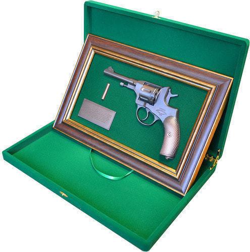 """Панно с пистолетом """"Наган"""" в подарочной коробке (25 х 37 см) (фото, вид 1)"""