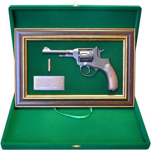 """Панно с пистолетом """"Наган"""" в подарочной коробке (фото, вид 2)"""