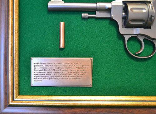 """Панно с пистолетом """"Наган"""" в подарочной коробке (фото, вид 3)"""