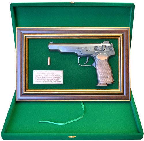 """Панно с пистолетом """"Стечкин"""" в подарочной коробке (фото, вид 1)"""