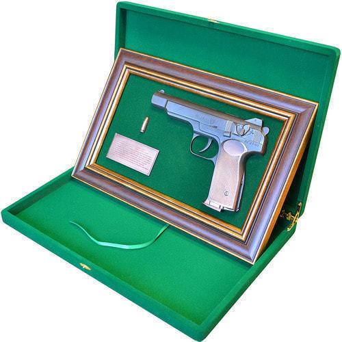 """Панно с пистолетом """"Стечкин"""" в подарочной коробке (фото, вид 2)"""