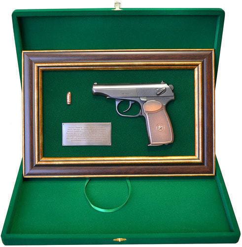 """Панно с пистолетом """"Макаров"""" в подарочной коробке (25 х 37 см) (фото, вид 1)"""