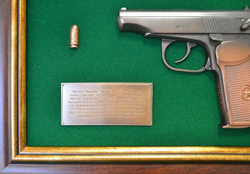 """Панно с пистолетом """"Макаров"""" в подарочной коробке (фото, вид 3)"""