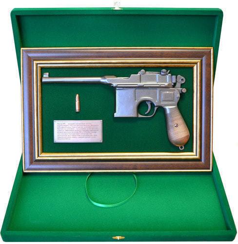 """Панно с пистолетом """"Маузер"""" в подарочной коробке (фото, вид 1)"""