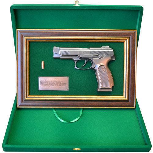 """Панно с пистолетом """"Ярыгин""""в подарочной коробке (25 х 37 см) (фото, вид 1)"""