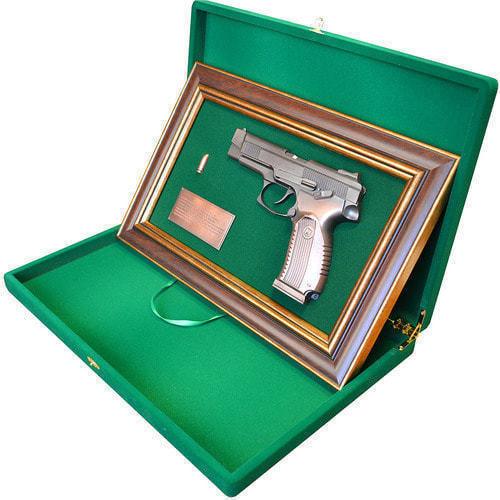 """Панно с пистолетом """"Ярыгин""""в подарочной коробке (25 х 37 см) (фото, вид 2)"""