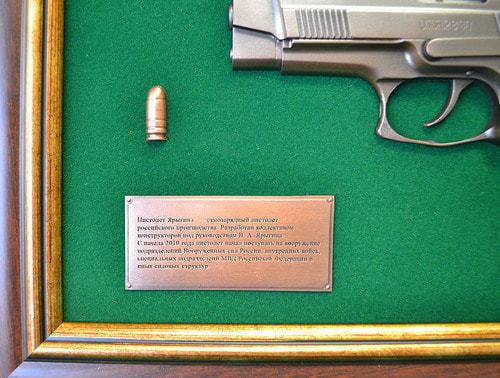 """Панно с пистолетом """"Ярыгин""""в подарочной коробке (фото, вид 3)"""