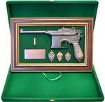 """Панно с пистолетом """"Маузер"""" со знаками ФСБ в подарочной коробке. Вид 2"""
