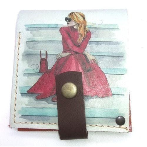 Кожаный кошелек. Девушка в красном (фото)