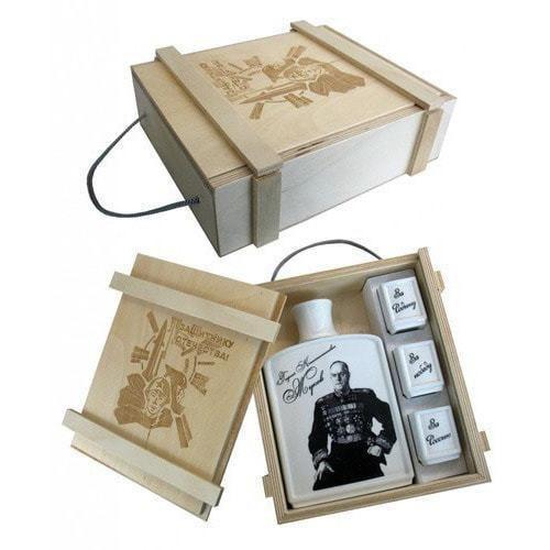Подарочный набор в деревянном футляре. Защитнику отечества! (Фарфоровый штоф Маршал Жуков + 3 фарфоровые стопки) (фото)