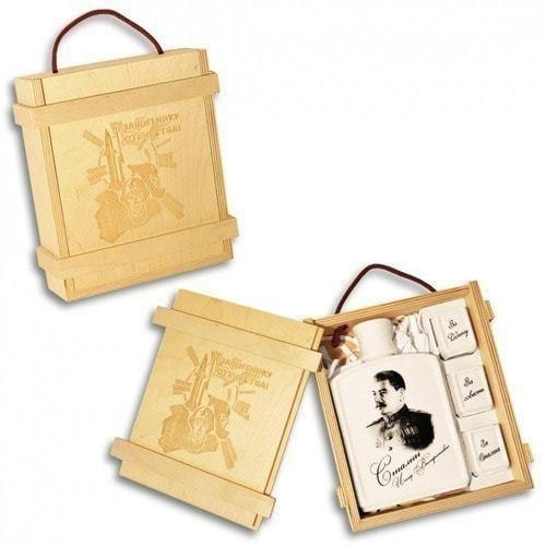 Подарочный набор в деревянном футляре. Защитнику отечества! (Фарфоровый штоф Иосиф Сталин + 3 фарфоровые стопки) (фото)