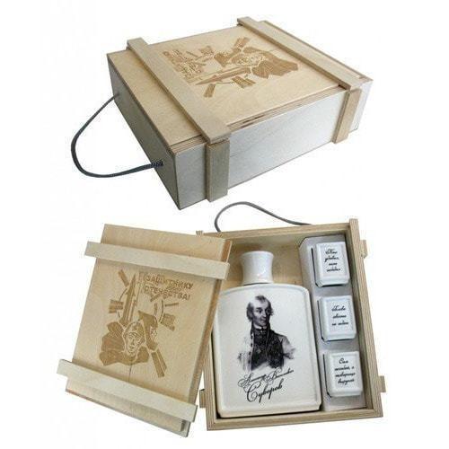 Подарочный набор в деревянном футляре. Защитнику отечества! (Фарфоровый штоф Александр Суворов + 3 фарфоровые стопки) (фото)
