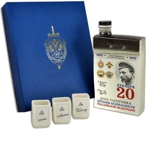 """Подарочный набор с фарфоровым штофом и стопками """"Календарь чекиста"""" (фото)"""