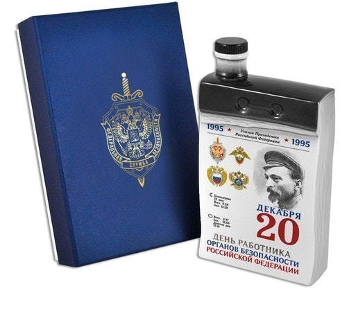 """Подарочный набор с фарфоровым штофом """"Календарь чекиста"""" (фото)"""