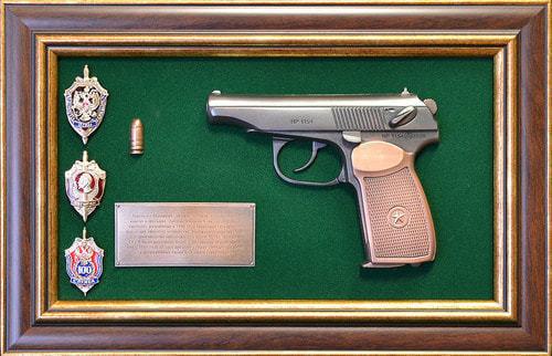 """Панно с пистолетом """"Макаров"""" со знаками ФСБ в подарочной коробке (25 х 37 см) (фото)"""
