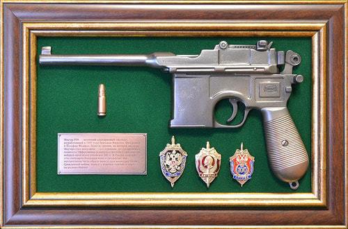 """Панно с пистолетом """"Маузер"""" со знаками ФСБ в подарочной коробке (25 х 37 см) (фото)"""