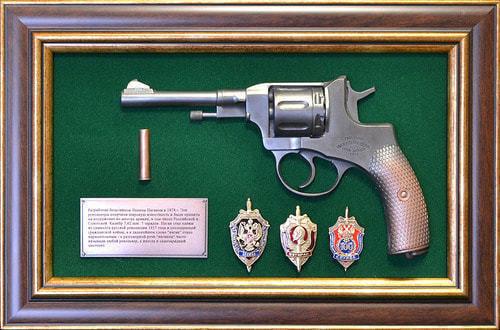 "Панно с пистолетом ""Наган"" со знаками ФСБ в подарочной коробке (25 х 37 см) (фото)"