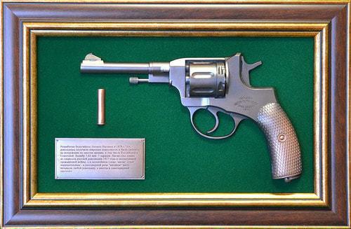 """Панно с пистолетом """"Наган"""" в подарочной коробке (25 х 37 см) (фото)"""