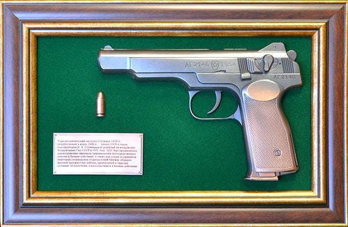 """Панно с пистолетом """"Стечкин"""" в подарочной коробке (фото)"""