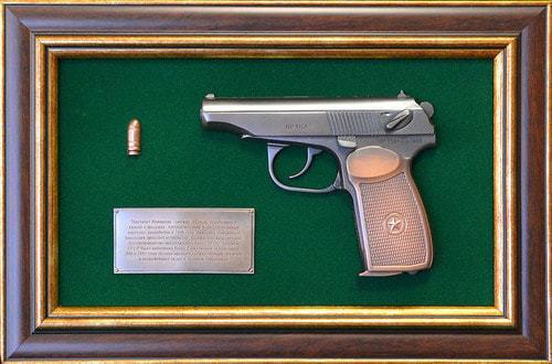 """Панно с пистолетом """"Макаров"""" в подарочной коробке (25 х 37 см) (фото)"""