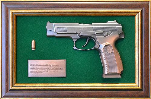 """Панно с пистолетом """"Ярыгин""""в подарочной коробке (25 х 37 см) (фото)"""