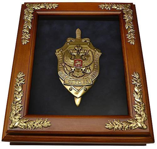 """Деревянная ключница """"Эмблема ФСБ"""" настенная (фото)"""