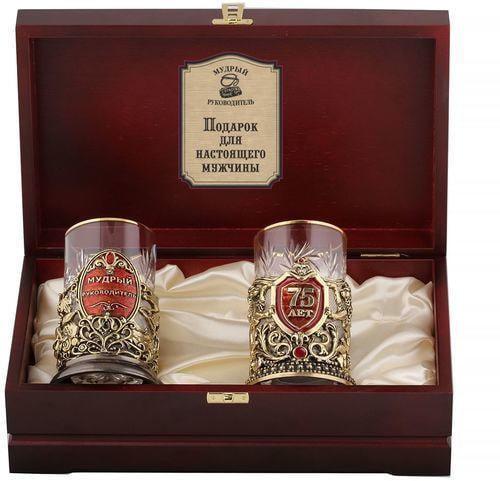 Подарочный набор c 2-мя подстаканниками в деревянной шкатулке (4 предмета). Юбилей 75 лет и Мудрый руководитель (фото)
