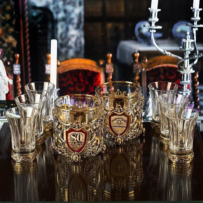Подарочный набор с 2-мя бокалами для виски в деревянной шкатулке (8 предметов). Юбилейный 80 лет (фото)