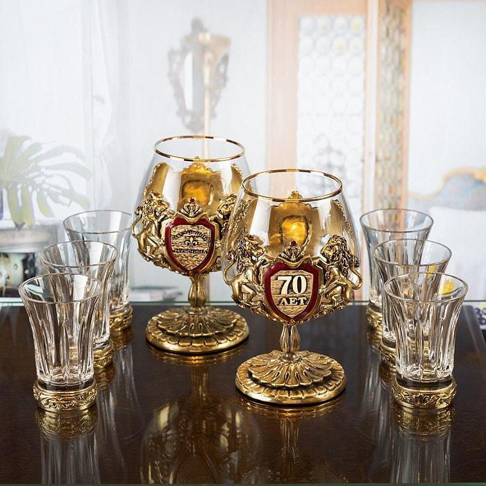 Подарочный набор с 2-мя бокалами для коньяка в деревянной шкатулке (8 предметов). Юбилейный 70 лет (фото)