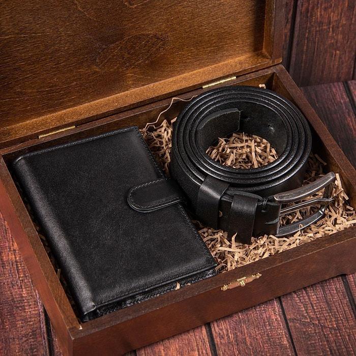 Подарочный набор мужских аксессуаров из натурадьной кожи в деревянной шкатулке. Классика (ремень и бумажник водителя) (фото)