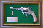 """Панно с пистолетом """"Наган"""" в подарочной коробке (25 х 37 см)"""